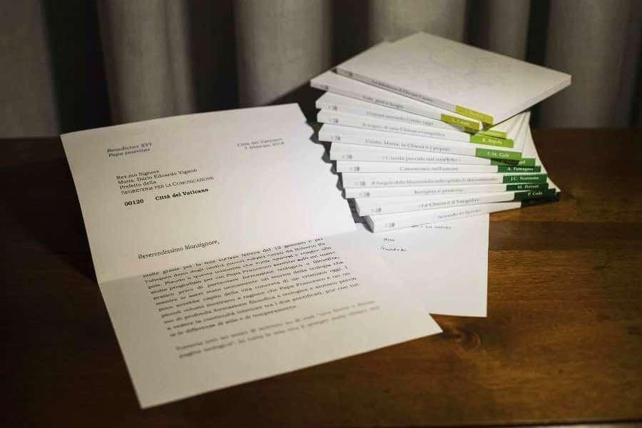 Foto lettera Papa Benedetto XVI a Papa Franceco su libri