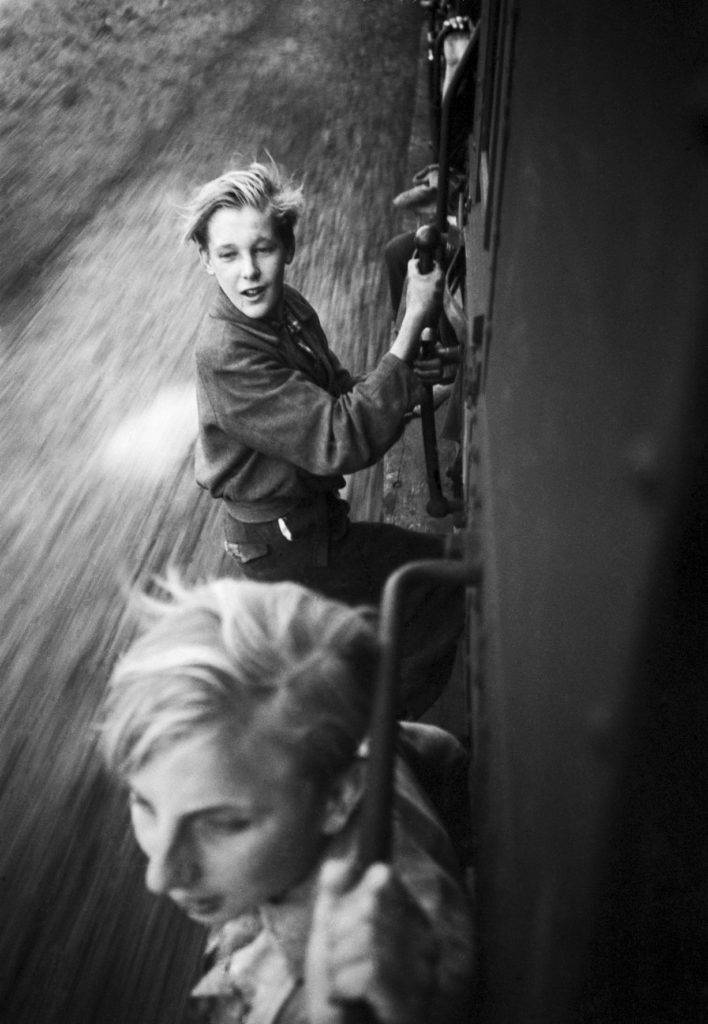 Foto: Menno Huizinga, Children hanging on a full Train after the Liberation, 1945