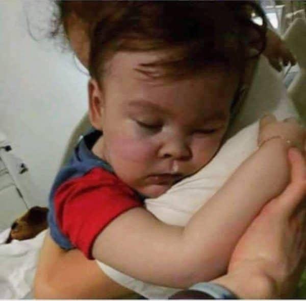 Foto: Alfie Evans in braccio alla mamma senza respiratore