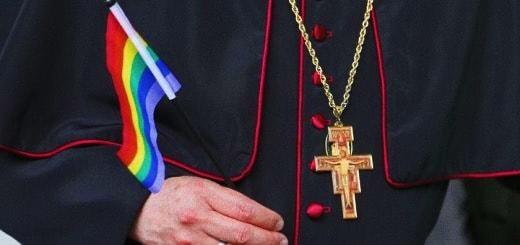 Foto: prelato con bandiera arcobaleno