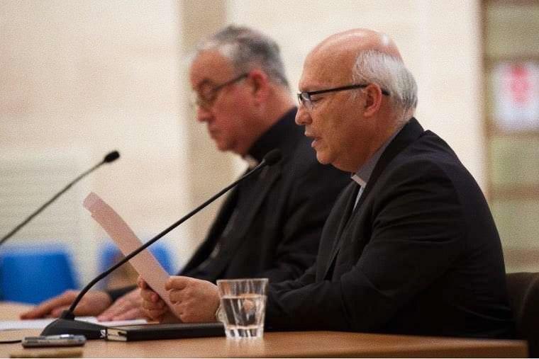 foto: Il vescovo Fernando Ramos legge una dichiarazione alla stampa il 18 maggio 2018. Credito: Daniel Ibañez/CNA.