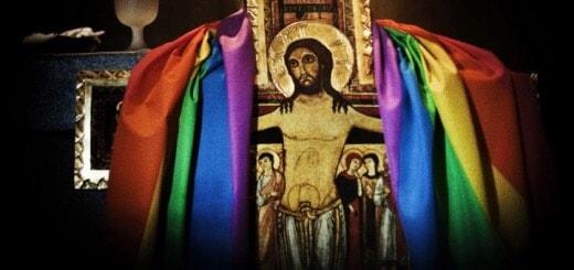 Foto: crocifisso con bandiera arcobaleno