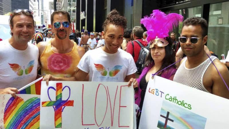 "Membri di ""Gay Straight Catholic Alliance"" che affermano che Dio sostiene l'omosessualità. Foto ripresa dal sito di ""Gay Straight Catholic Alliance"""