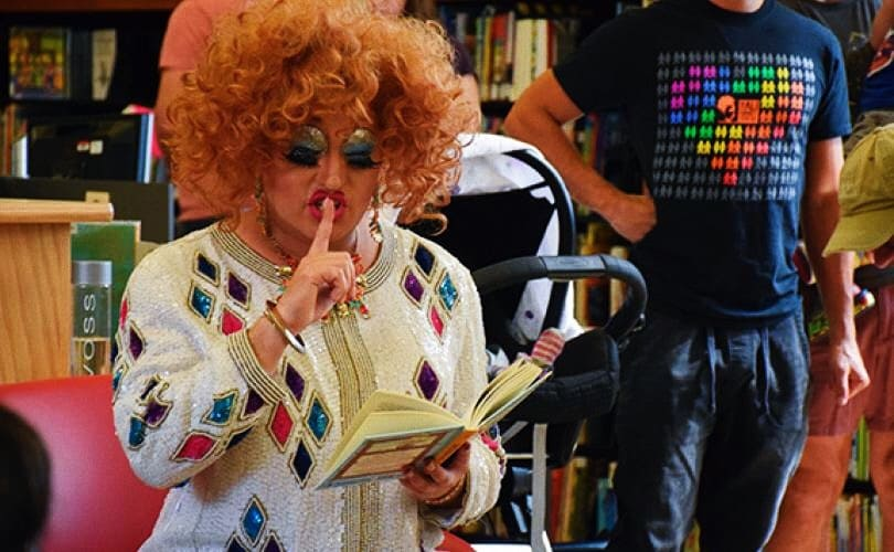 foto: drag queen in una biblioteca negli USA