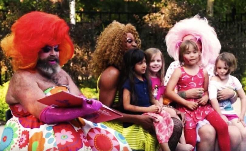 Foto: drag queen con bambini negli USA