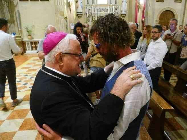 """Foto: il vescovo Zenti abbraccia """"don"""" Giuliano"""