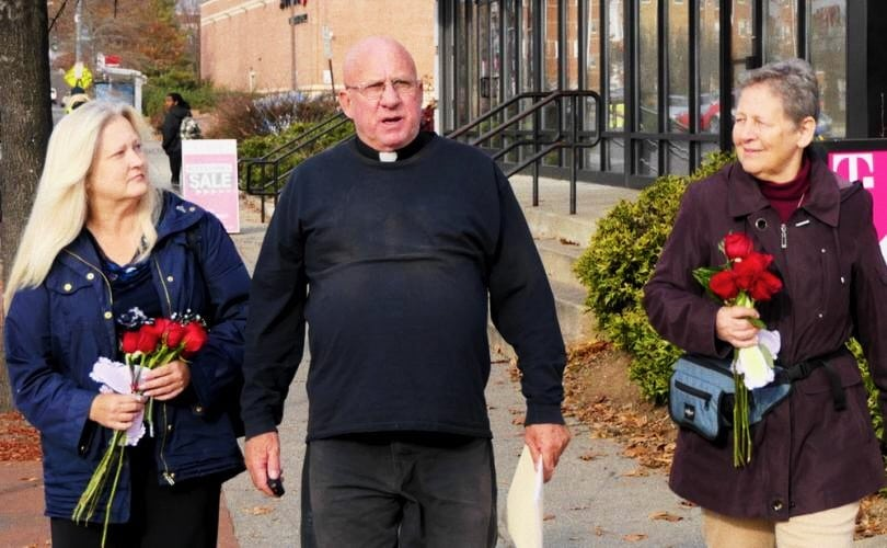 Foto: padre Stephen Imbarrato, Julia Haag e Joan McKee