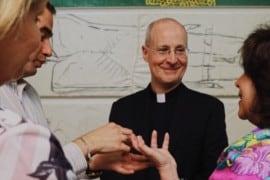 10.000 firme per bloccare la relazione di padre Martin all'Incontro Mondiale delle Famiglie