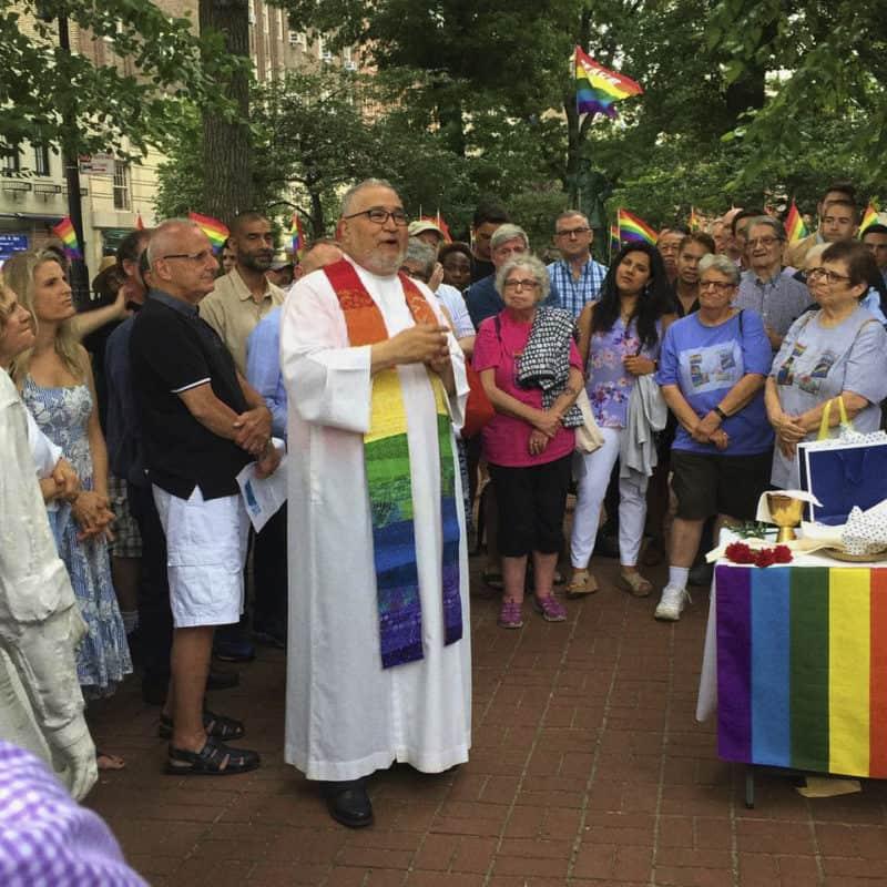 P. Gil Martinez, Cappellano per la Messa a St. Paul, che celebra la Messa nel luogo delle rivolte di Stonewall durante la Parata del Gay Pride di New York, il 24 giugno 2018.