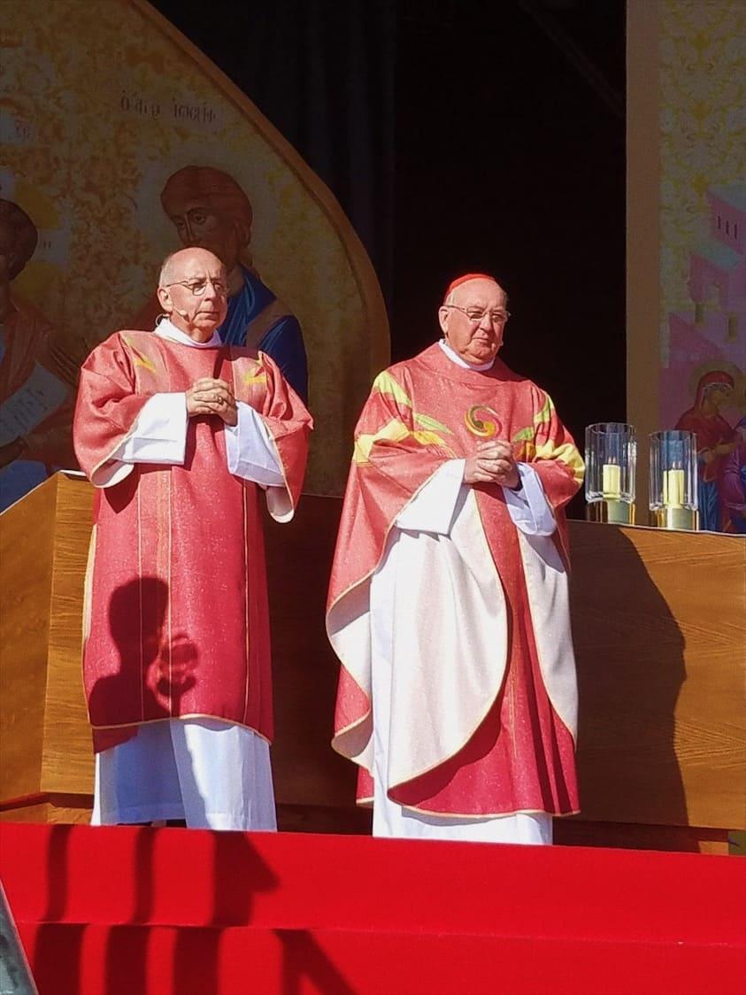 foto: Il diacono Ray Dever, a sinistra, con il cardinale Kevin Farrell, prefetto del Dicastero vaticano per i laici, la famiglia e la vita