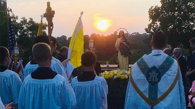 Processione sulla solennità dell'Assunzione. (Foto per gentile concessione dell'autore a CWR )