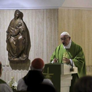 Papa: in questi tempi sembra che il Grande Accusatore ce l'abbia con i vescovi