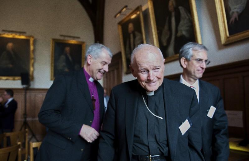 foto: ex. Card. Theodore McCarrick (al centro)