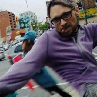 Uomo fa una giravolta e colpisce con un calcio una giovane pro-life. Il video diventa virale su YouTube