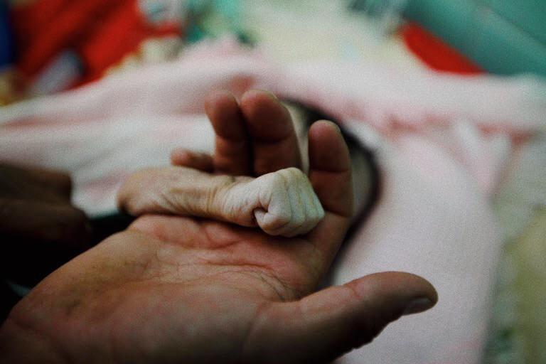 Foto: il braccino di Hajar al-Faqeh nella mano del padre