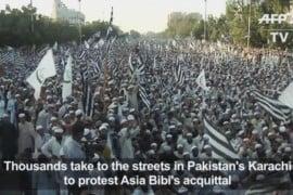 Migliaia di manifestanti per le strade di Karachi chiedono l'esecuzione di Asia Bibi.
