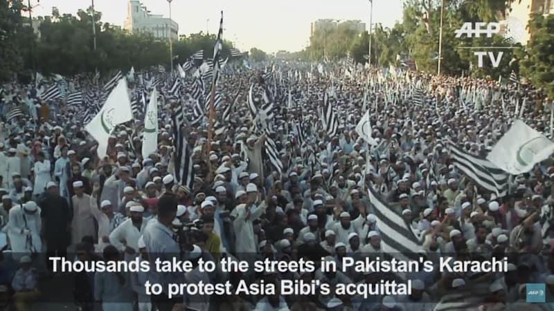 Foto: migliaia manifestanti strade di Karachi che chiedono esecuzione di Asia Bibi (scree shot)