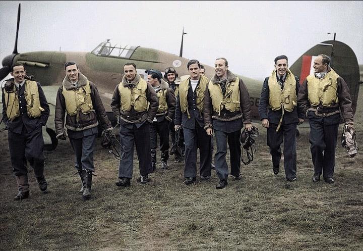 Squadra di piloti polacchi. Seconda Guerra mondiale, 1940 (foto colorata)