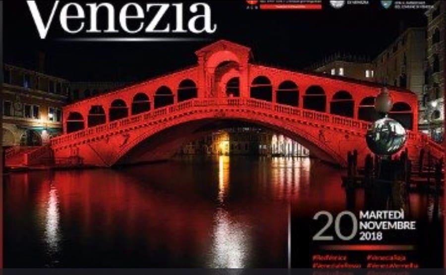 Ponte di Rialto illuminato di rosso