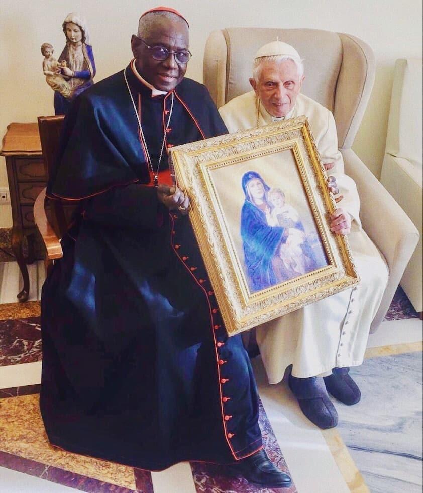 Foto: card. Robert Sarah con il papà emerito Benedetto XVI