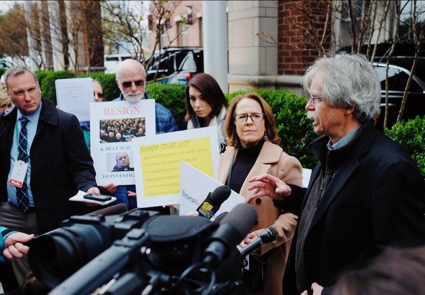 Proteste fuori l'hotel dove si tiene l'incontro dei vescovi a Baltimora il 12 novembre (CNS photo/Rick Musacchio, Tennessee Register)