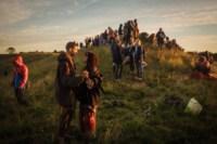 Centinaia di druidi, pagani e festaioli si sono riuniti in giugno al monumento neolitico dell'Avebury Neolithic henge in Inghilterra per il tramonto e l'alba durante il solstizio d'estate. Credit Matt Cardy/Getty Images Europe (via NYT)