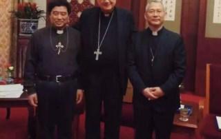 Mons. Vincenzo Guo Xijin (a sinistra) mons. Claudio Maria Celli (al centro) mons. Vincenzo Zhan Silu (a destra)
