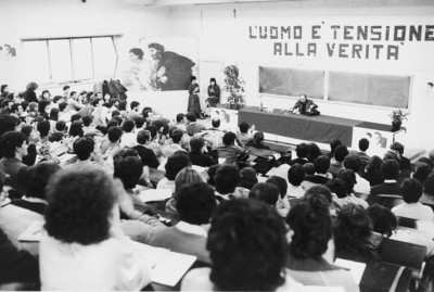 Un incontro di don Luigi Giussani con giovani universitari