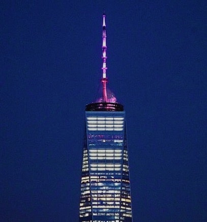 One World Trade Center con la guglia illuminata di rosa