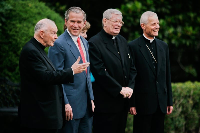 Da sinistra: McCarrick, Bush, la first lady Laura Bush, il nunzio papale Pietro Sambi e l'arcivescovo di Washington Donald W. Wuerl. (AP Photo/Evan Vucci)