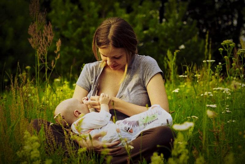 Una mamma che allallta il suo bambino