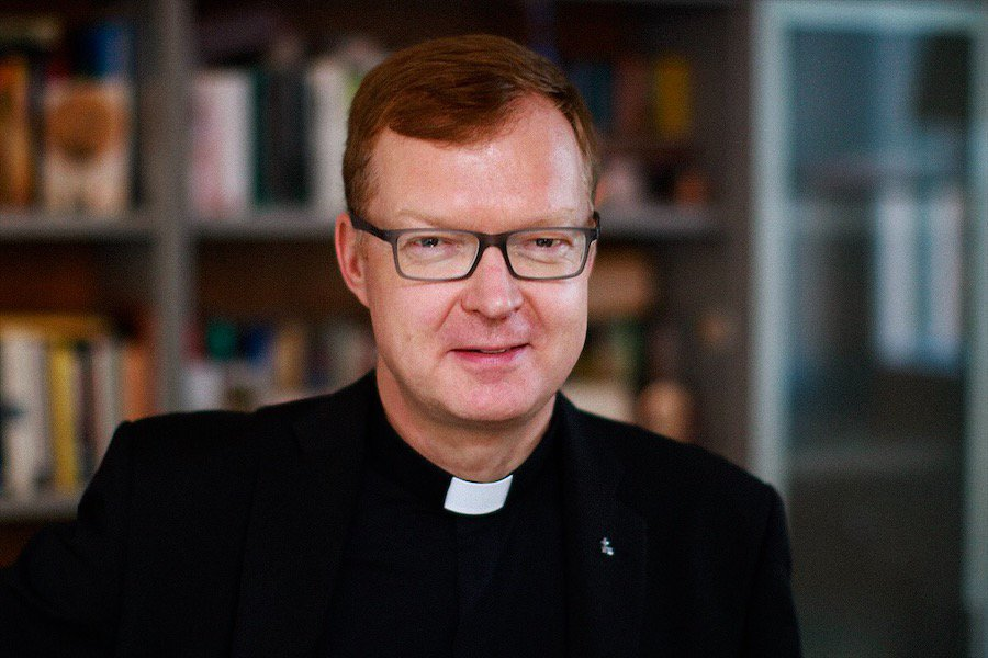 Padre Hans Zollner, su
