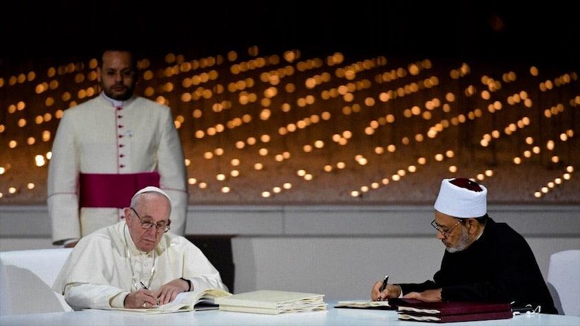 """papa Francesco firma """"Fratellanza Umana per la Pace Mondiale e la convivenza comune"""" con il Grande Imam di Al-Azhar, lo sceicco Ahamad al-Tayyib"""