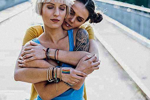 Foto di coppia di lesbiche inizialmente contenuta nel materiale promozionale dell'Incontro Mondiale delle Famiglie, Irlanda, agosto 2018