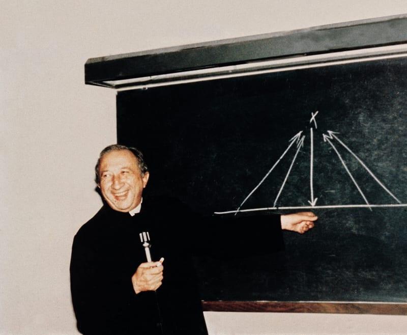 Don Giussani spiega la differenza tra il Cristianesimo e le altre religioni