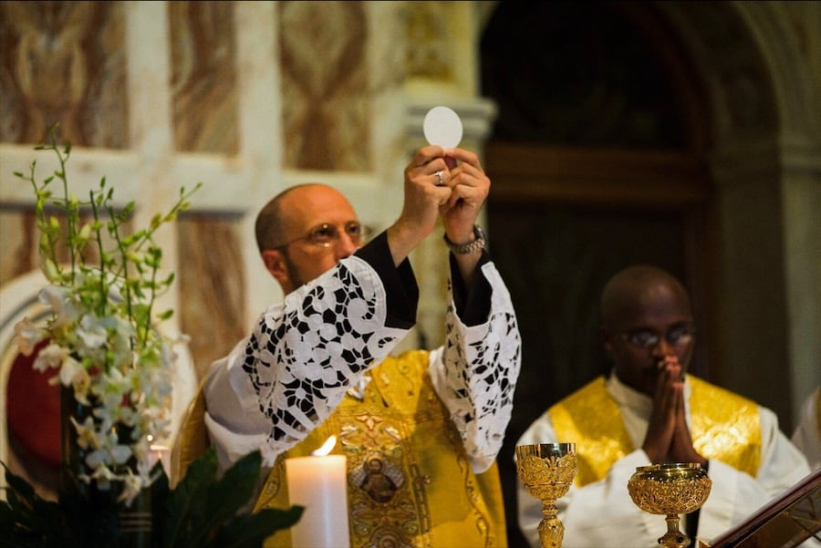 Sacerdote celebra la Santa Messa