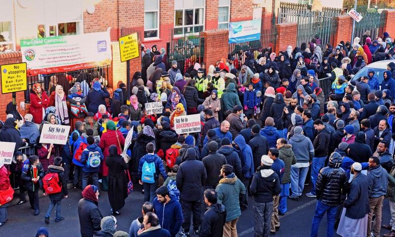 Genitori islamici protestano contro insegnamento gender nelle scuole di Birmingham (fonte Daily Mail)