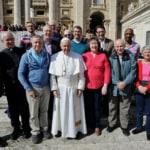 Papa francesco incontra e posa per le foto con i Cattolici LGBT+ di Westminster