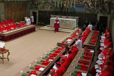 113 cardinali siedono nella Cappella Sistina ad inizio conclave del 12 marzo 2013.