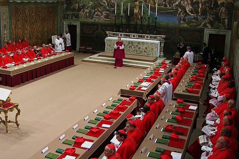 115 cardinali siedono nella Cappella Sistina ad inizio conclave del 12 marzo 2013.