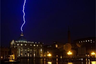 Piazza San Pietro colpita da fulmine