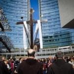 Via Crucis tra i grattacieli, nel cuore finanziario di Milano