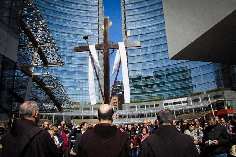 Via Crucis nel cuore finanziario di Milano