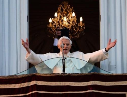 """Benedetto XVI: """"come esercita Maria questa regalità di servizio e amore? Vegliando su di noi, suoi figli"""""""