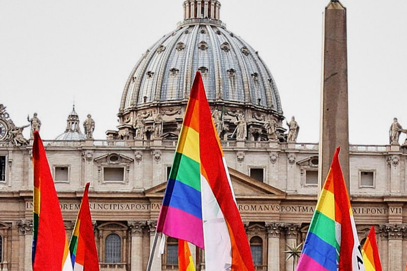 Bandiere LGBT in piazza San Pietro - Roma