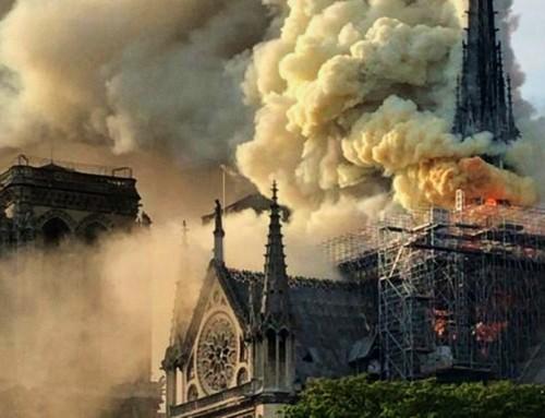 """Le fiamme di Notre Dame de Paris, gli """"incendi"""" nella cattolicità, ed il Salve Regina cantato dai parigini in ginocchio"""
