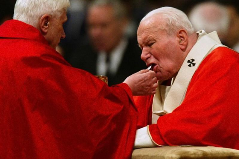 Papa Giovanni Paolo II riceve la Santa Comunione in ginocchio dal card. Ratzinger