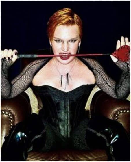 Dees ha incluso questa foto di se stesso come dominatrice transgender BDSM nel suo articolo.