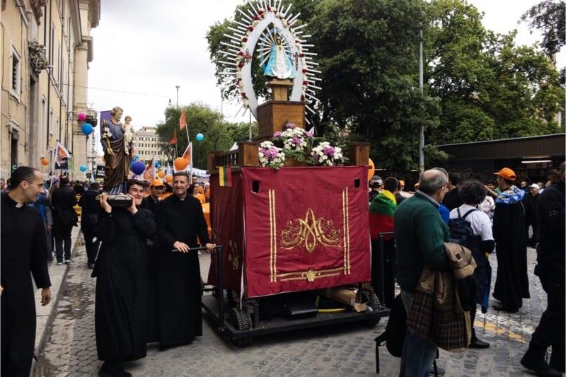 Marcia per la vita 2019, Roma, un altare con la Madonna e san Giuseppe sulle spalle del sacerdote