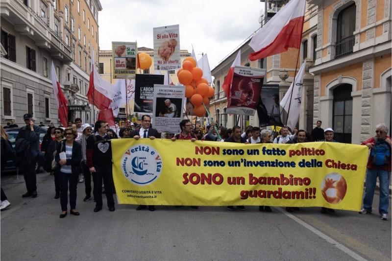 Marcia per la vita 2019, Roma, il magistrato dott. Giacomo Rocchi (alla sinistra con la cravatta che sostiene lo striscione